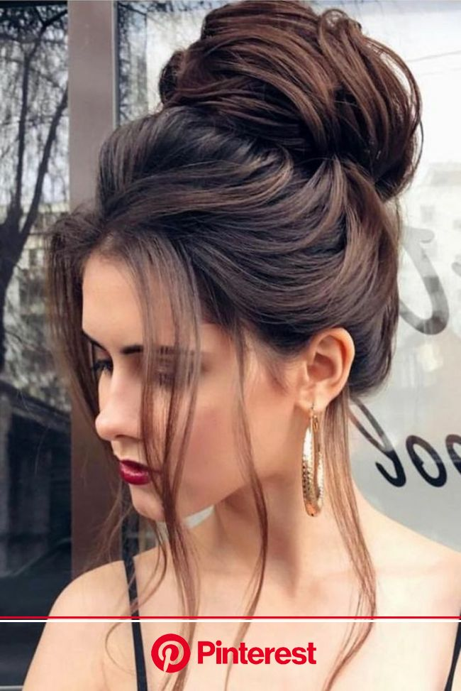 riesiger Dutt mit viel Volumen, frei fallende lange Strähnen, roter Lippenstift, elegante Frisure… | Elegante frisuren, Partyfrisur lange haare, Frisu